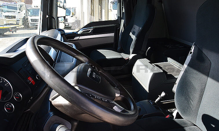 MAN TGX 18480 Noviembre 2011 interior cabina