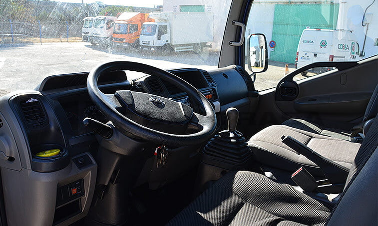 Nissan Cabstar interior cabina